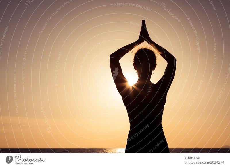 offene Arme der Frau unter dem Sonnenuntergang in Meer Mensch Himmel Natur Ferien & Urlaub & Reisen Sommer Erholung Freude Strand Erwachsene Lifestyle Liebe