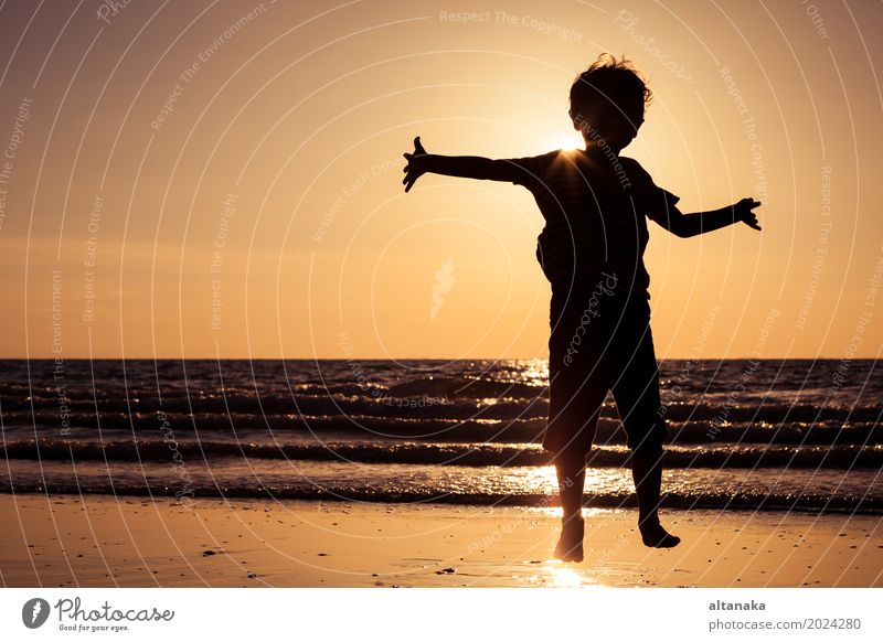 Glücklicher kleiner Junge, der auf den Strand läuft Lifestyle Freude Freizeit & Hobby Spielen Ferien & Urlaub & Reisen Ausflug Abenteuer Freiheit Sommer Sonne