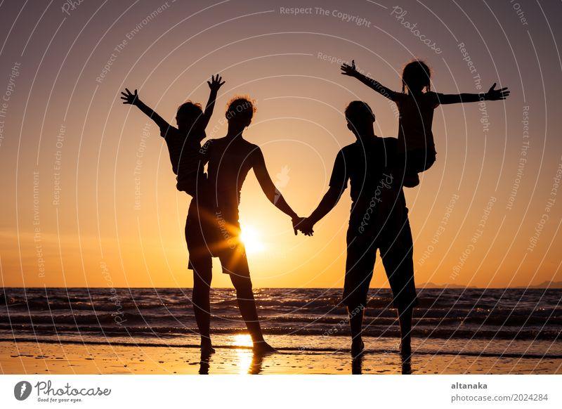 Silhouette der glücklichen Familie Lifestyle Freude Freizeit & Hobby Spielen Ferien & Urlaub & Reisen Ausflug Freiheit Sommer Sonne Strand Meer Kind Junge Frau