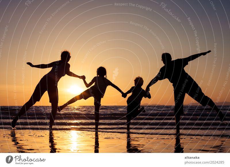 Frau Kind Natur Ferien & Urlaub & Reisen Sommer Sonne Hand Meer Freude Strand Erwachsene Lifestyle Liebe Sport Junge Familie & Verwandtschaft