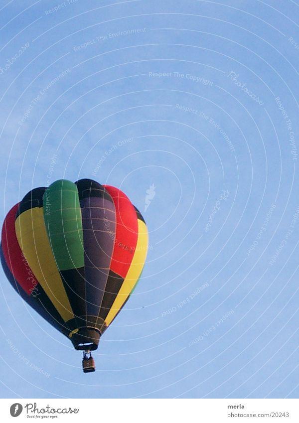 Buntes vor Himmelblau Luftverkehr Ballone Sinkflug