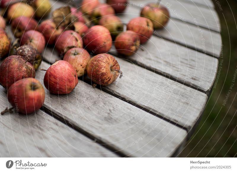 Bauernäpfel Lebensmittel Frucht Apfel Ernährung Bioprodukte Vegetarische Ernährung natürlich saftig sauer braun rot authentisch Holztisch Gedeckte Farben
