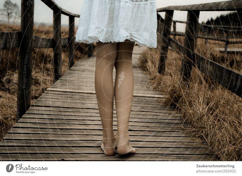 der erste Schritt ist der schwerste feminin Junge Frau Jugendliche Beine Fuß 18-30 Jahre Erwachsene Natur Moor Sumpf Kleid stehen warten authentisch kalt nah