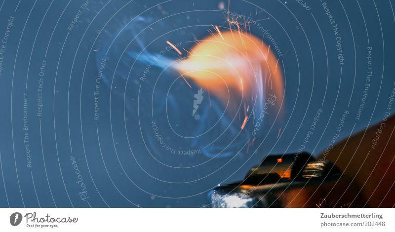 Feuer? Rauch heiß Funken Feuerzeug Flamme anzünden brennen Farbfoto Innenaufnahme Textfreiraum links Hintergrund neutral blau Rauchen