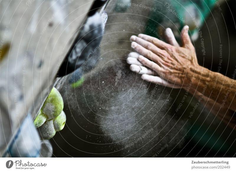 chalk helps Hand berühren festhalten Fitness sportlich Vorfreude selbstbewußt Willensstärke Mut Tatkraft fleißig Entschlossenheit Sport Kraft staubig