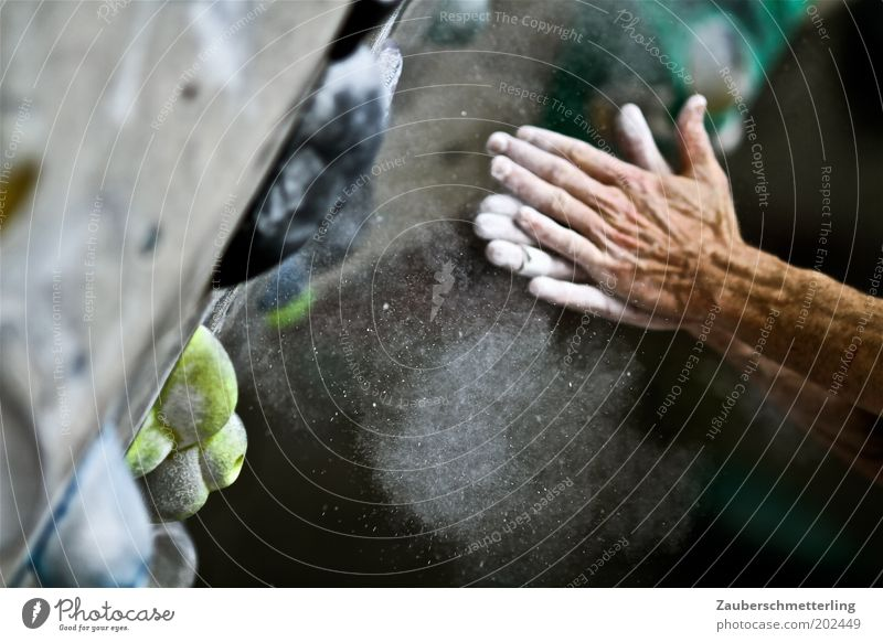 chalk helps Mann Hand Sport Kraft Arme festhalten berühren Fitness Mut sportlich Kreide selbstbewußt Willensstärke Vorfreude fleißig Tatkraft