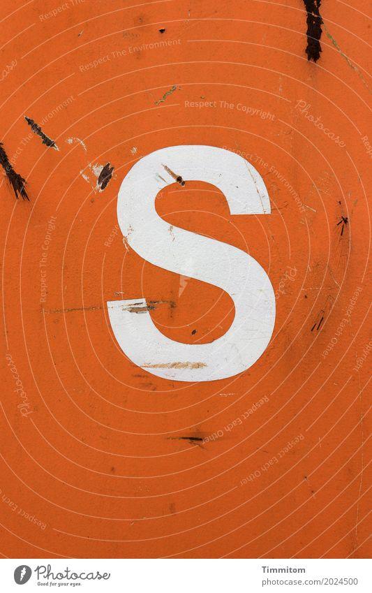 S eit dem 16. Mai 2010 dabei. Container Buchstaben Metall orange weiß Schriftzeichen Kratzer Rost Farbfoto einfach deutlich Außenaufnahme Menschenleer