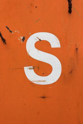 S eit dem 16. Mai 2010 dabei. weiß orange Metall Schriftzeichen einfach Buchstaben Rost deutlich Container Kratzer