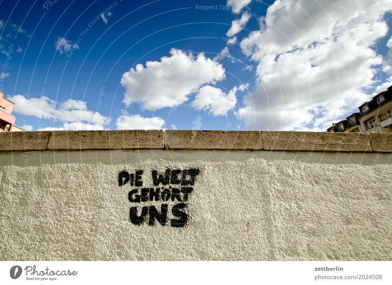 Die Welt gehört uns Himmel Himmel (Jenseits) Stadtzentrum Mauer Wand Putz rau Menschenleer Textfreiraum Stadtleben Wetter Sommer Wolken Schriftzeichen