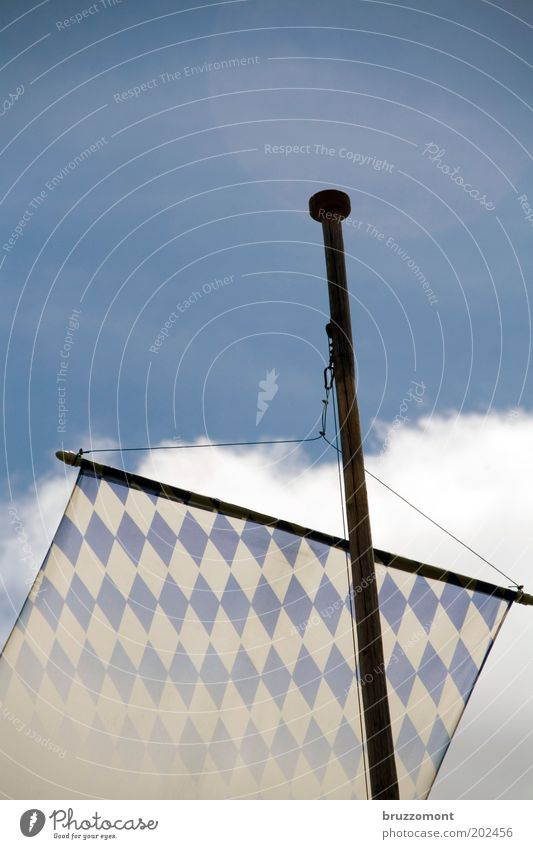 Unter Bayern Sommer Himmel Wolken Alpen Fahne blau weiß Deutschland Fahnenmast Wittelsbacher Bavaria konservativ bayerisch Biergarten Oberbayern