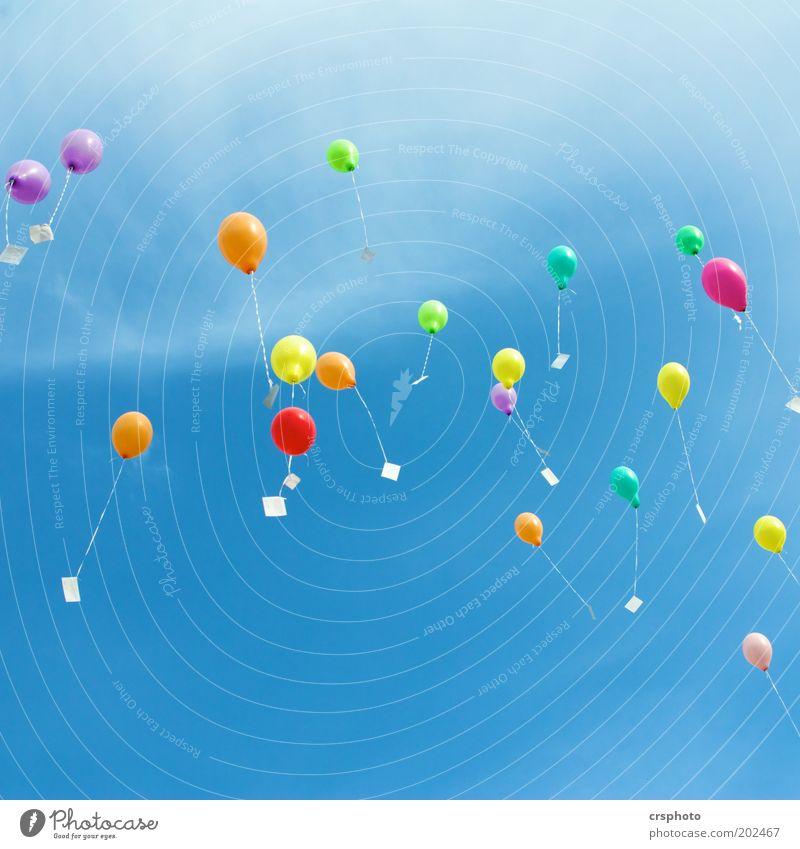 keine neunundneunzig Luftballons.... Himmel Sommer Schönes Wetter Spielzeug Kunststoff fliegen frisch Unendlichkeit blau gelb grün rot Freiheit Brief