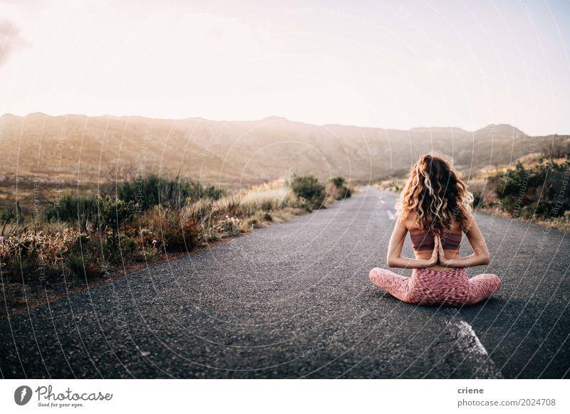 Junge erwachsene Frau, die namaste Haltung tut Lifestyle Freizeit & Hobby Ferien & Urlaub & Reisen Ausflug Abenteuer Freiheit Berge u. Gebirge Sport Yoga