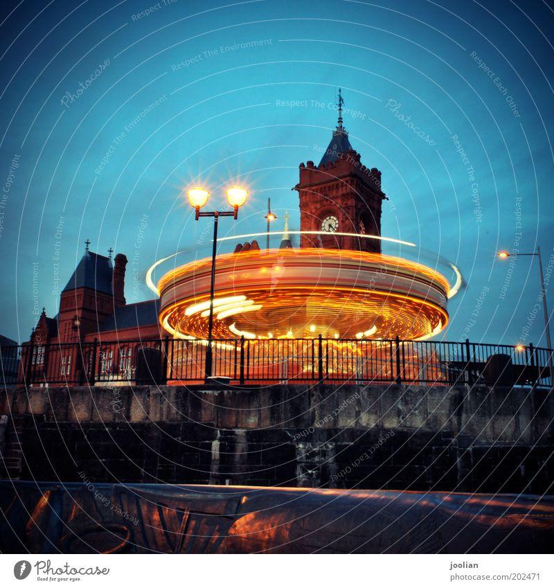 Cardiff Bay Himmel blau rot Freude gelb Beleuchtung gold Freizeit & Hobby Ausflug Platz Tourismus Geschwindigkeit Europa Turm Hafen drehen