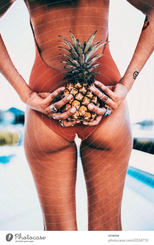 Attraktiver weiblicher erwachsener Ananas hinter ihr zurück halten Frau Ferien & Urlaub & Reisen Jugendliche Junge Frau Sommer Sonne Erotik Freude 18-30 Jahre