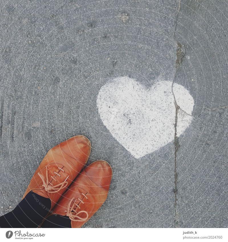 #streetlove Lifestyle Glück Flirten Straße Wege & Pfade Leder Schuhe Lieblingsschuhe Schnürer Zeichen Graffiti Herz Brunft gehen Liebe stehen Kitsch niedlich