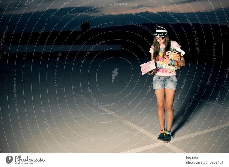 #202481 Lifestyle Mensch Frau Erwachsene Leben Himmel Platz T-Shirt Jeanshose Accessoire Brille Turnschuh langhaarig Denken lesen stehen warten Coolness trendy