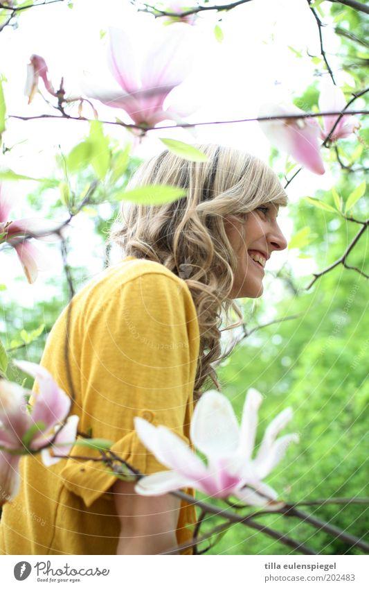 es strahlt Mensch Jugendliche Pflanze schön Junge Frau Freude 18-30 Jahre Erwachsene gelb Leben Frühling Blüte natürlich feminin Glück lachen