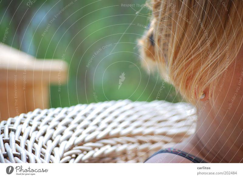 Spindfoto für Vampire Sessel feminin Frau Erwachsene Kopf Haare & Frisuren Ohrringe blond langhaarig Erholung genießen sitzen träumen grün Zufriedenheit