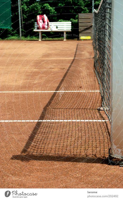 pause Freizeit & Hobby Sommer Tennis Sand rot Pause Farbfoto Außenaufnahme Menschenleer Textfreiraum links Tag Starke Tiefenschärfe Tennisplatz Netz Bank