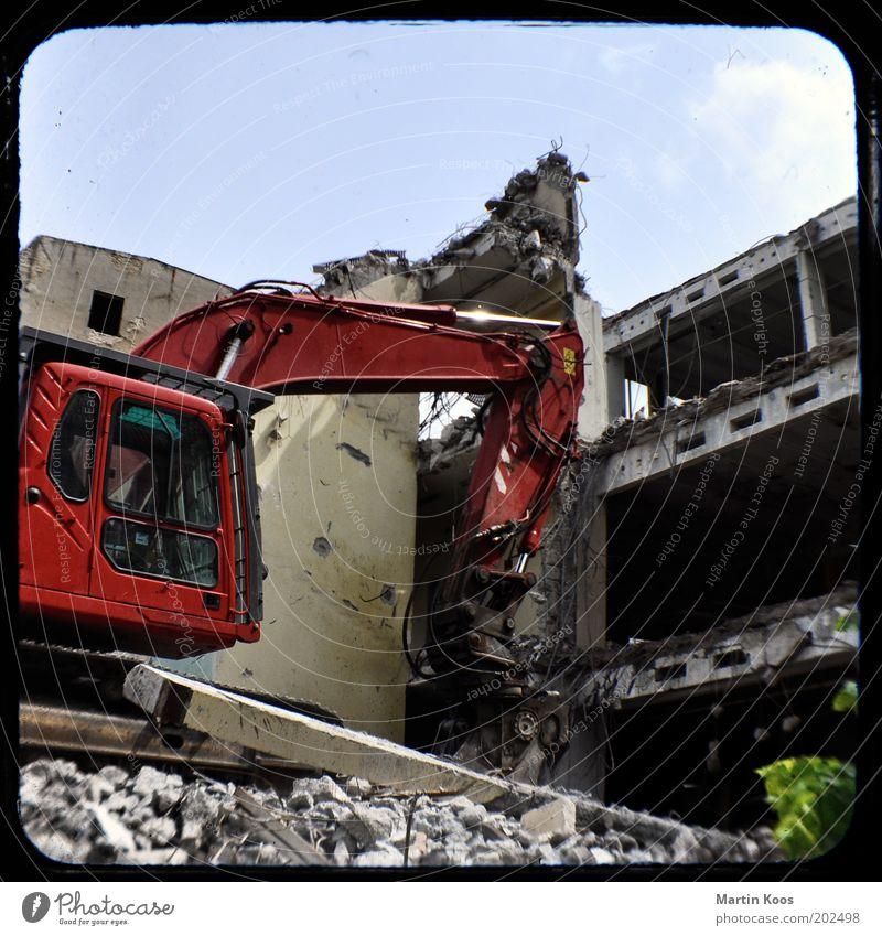 Bagger Bodo ruiniert routiniert Haus kaputt Demontage bauen neu Baustelle Ruine Stadtentwicklung rot Kamerawurf Farbfoto Experiment Menschenleer Arbeitsplatz