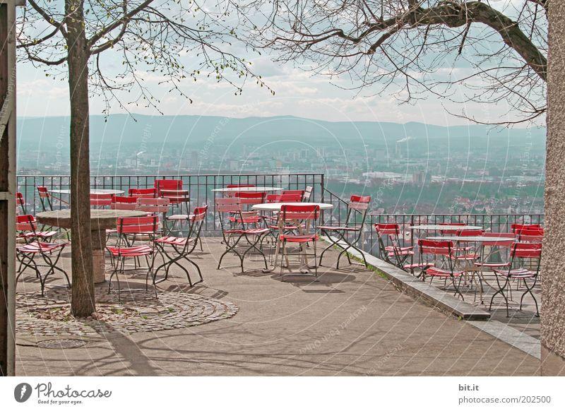 STÜHLE MIT AUSSICHT Baum rot Einsamkeit Landschaft Ferne Berge u. Gebirge geschlossen Tourismus Ausflug leer Tisch Pause Idylle Stuhl Aussicht Gastronomie