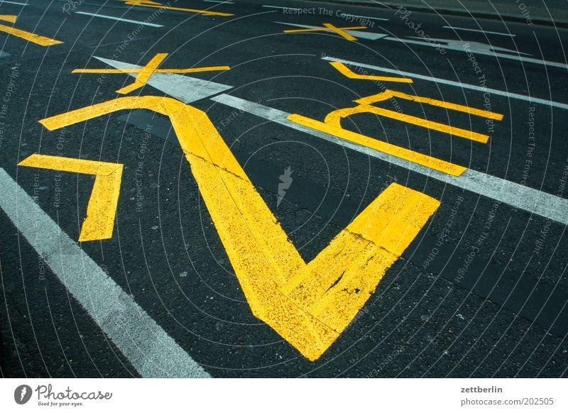 |>2|m<| Straße Straßenverkehr Verkehr Fahrbahn Fahrbahnmarkierung eng Grenze breit Breite Spuren Ziffern & Zahlen Beschriftung Straßenrand
