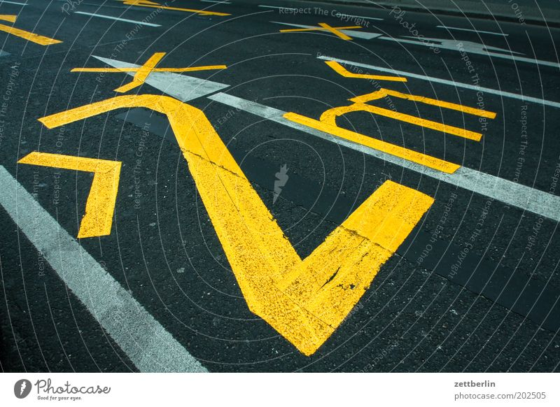  >2 m<  Straße Straßenverkehr Verkehr Ziffern & Zahlen Spuren Grenze eng Fahrbahn Straßenrand breit Beschriftung Fahrbahnmarkierung Breite