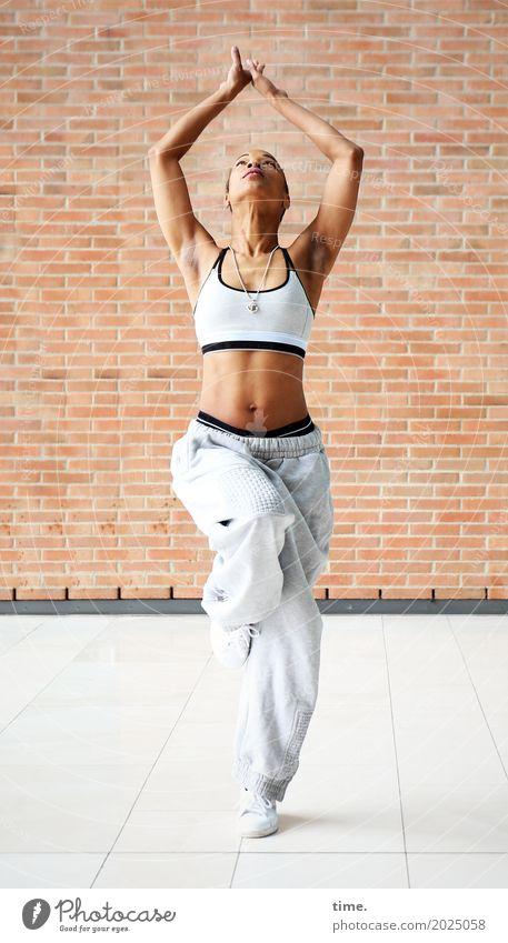 . Sport Fitness Sport-Training feminin Frau Erwachsene 1 Mensch Tanzen Tänzer Mauer Wand Top Trainingshose Schmuck Turnschuh festhalten schön sportlich