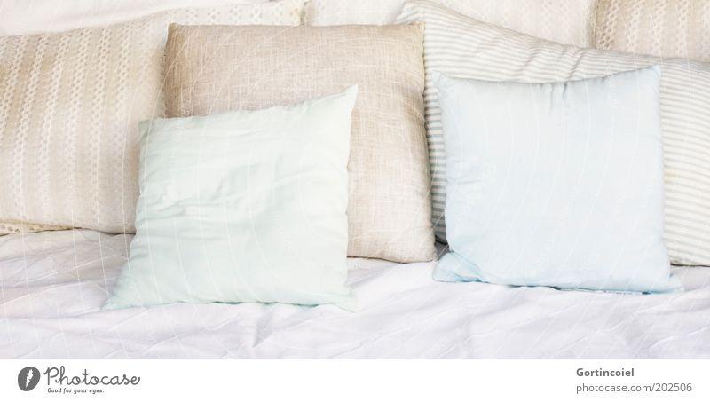 Kissenlandschaft ruhig Erholung Stil Zufriedenheit hell Design elegant Lifestyle Wellness Bett weich Dekoration & Verzierung Häusliches Leben Sofa Reichtum