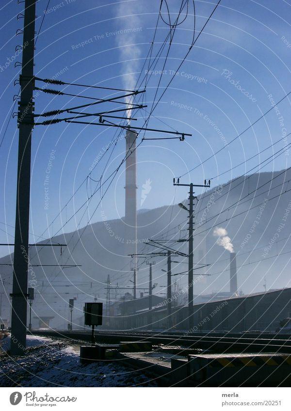 zwischen nebel und himmelsblau Himmel Nebel Umwelt Elektrizität Technik & Technologie Industriefotografie Alpen Gleise Bahnhof Abgas Aktien Tal Emission