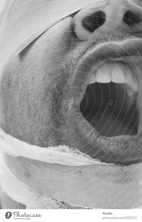 Schreiender Mensch Mund Lippen Zähne Kunst Gefühle Kraft Verzweiflung Wut Schwarzweißfoto Außenaufnahme Experiment Tag geschlossene Augen Verband Hilferuf