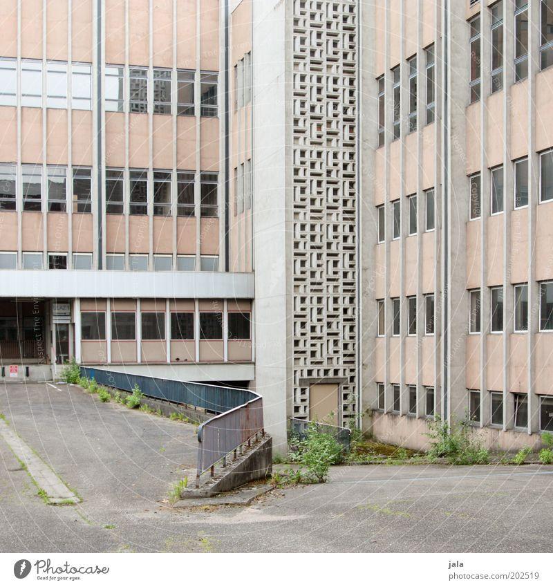 stillgelegt Haus Fenster Gebäude Architektur Tür groß Fassade Platz trist Fabrik unten Bauwerk Geländer Leerstand