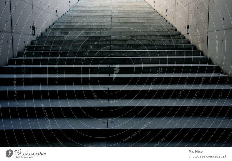 aufwärts kalt grau Stein Gebäude Architektur Treppe Ziel Unendlichkeit aufwärts abwärts aufsteigen Richtung Betonmauer