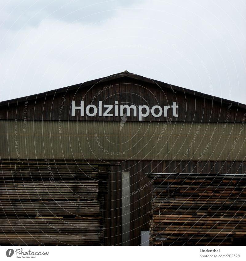 Holzimport Haus Hütte braun Holzbrett Holzwand Holzhaus Güterverkehr & Logistik Farbfoto Außenaufnahme Textfreiraum oben Tag Blick nach vorn Stapel Lagerhalle