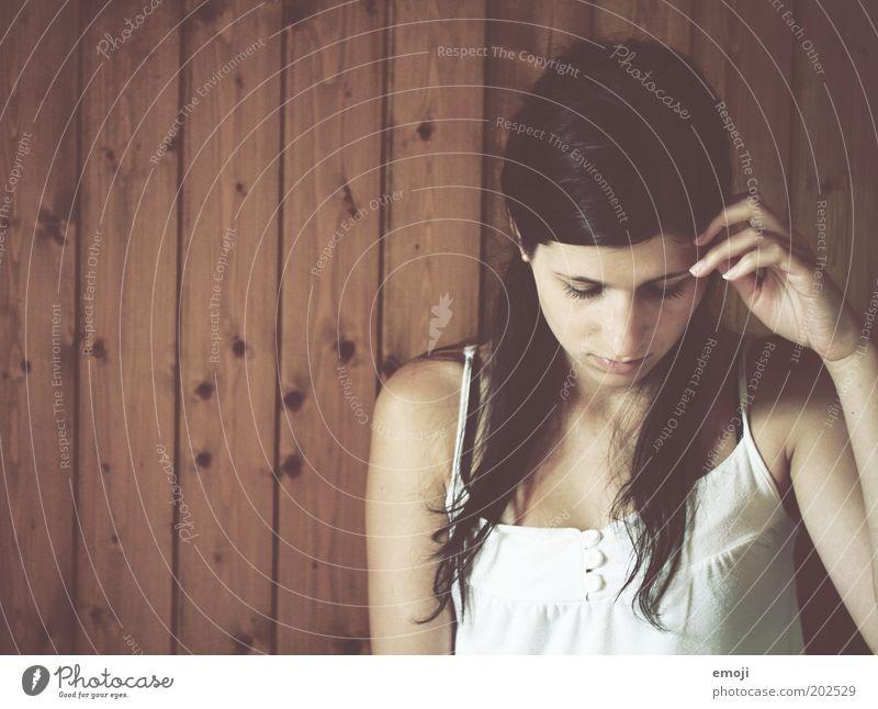 ist es richtig? Mensch Jugendliche feminin träumen Denken Erwachsene berühren nachdenklich geschlossene Augen langhaarig schwarzhaarig Zweifel unsicher Licht 18-30 Jahre