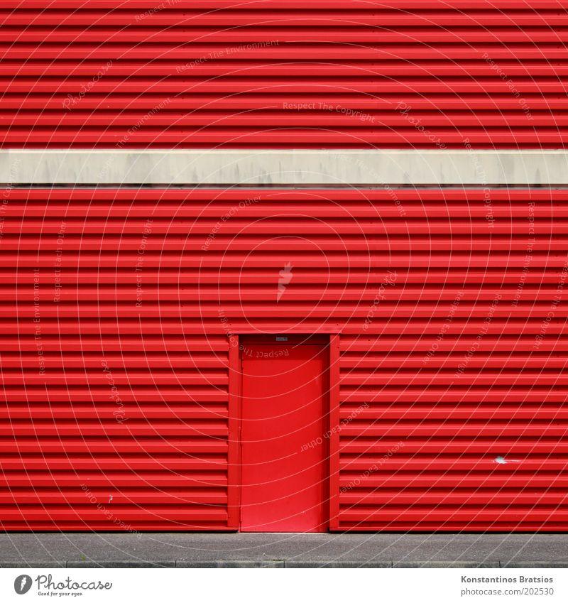 Eintritt verboten! Gebäude Fassade Tür Fassadenverkleidung Eingang Ausgang Eingangstür einfach groß grau rot Farbe Handel beige Bordsteinkante Wege & Pfade