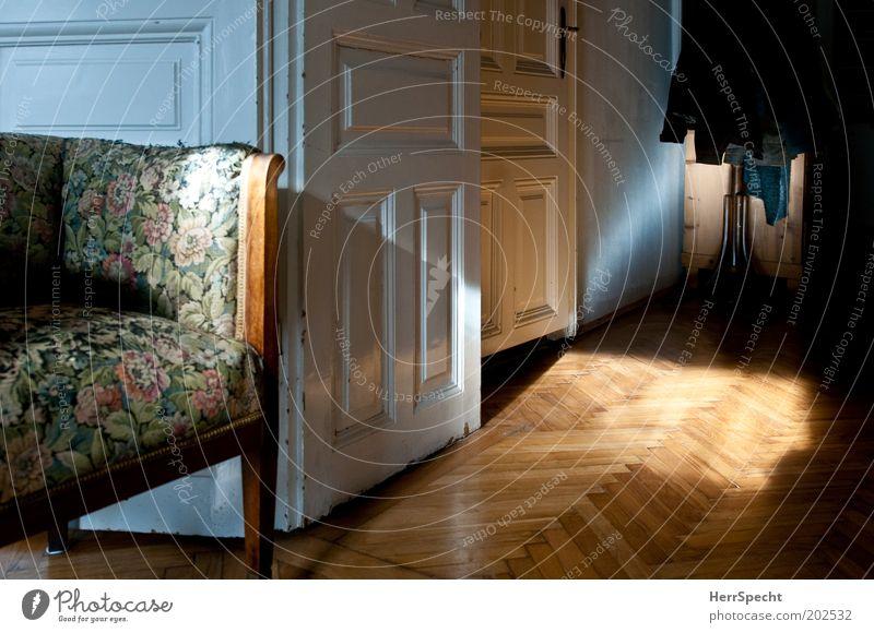 Ich kann nix dafür... Häusliches Leben Wohnung Innenarchitektur Möbel Sessel Holz braun weiß Blumenmuster Tür Holzvertäfelung Farbfoto Gedeckte Farben