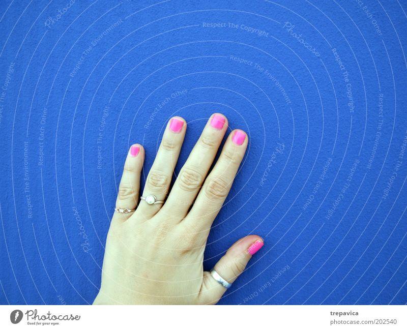 hand feminin Junge Frau Jugendliche Hand Finger Mauer Wand Accessoire Schmuck Ring blau rosa Kitsch Farbfoto Hintergrund neutral Kontrast berühren Nagellack