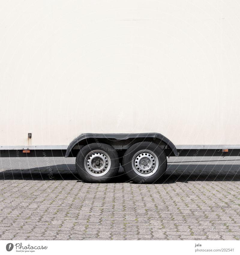 auf achse Parkplatz Anhänger Rad Reifen grau schwarz weiß Farbfoto Außenaufnahme Textfreiraum oben Tag parken