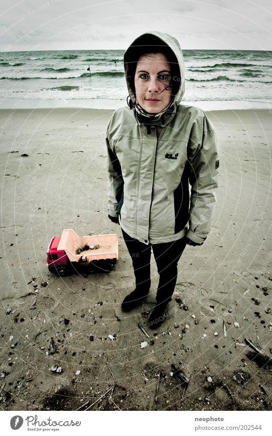 arschkalt Junge Frau Jugendliche Kindheit Erwachsene 1 Mensch Natur Sand Wasser Himmel Herbst Wind Sturm Wellen Küste Strand Nordsee frieren warten grau grün