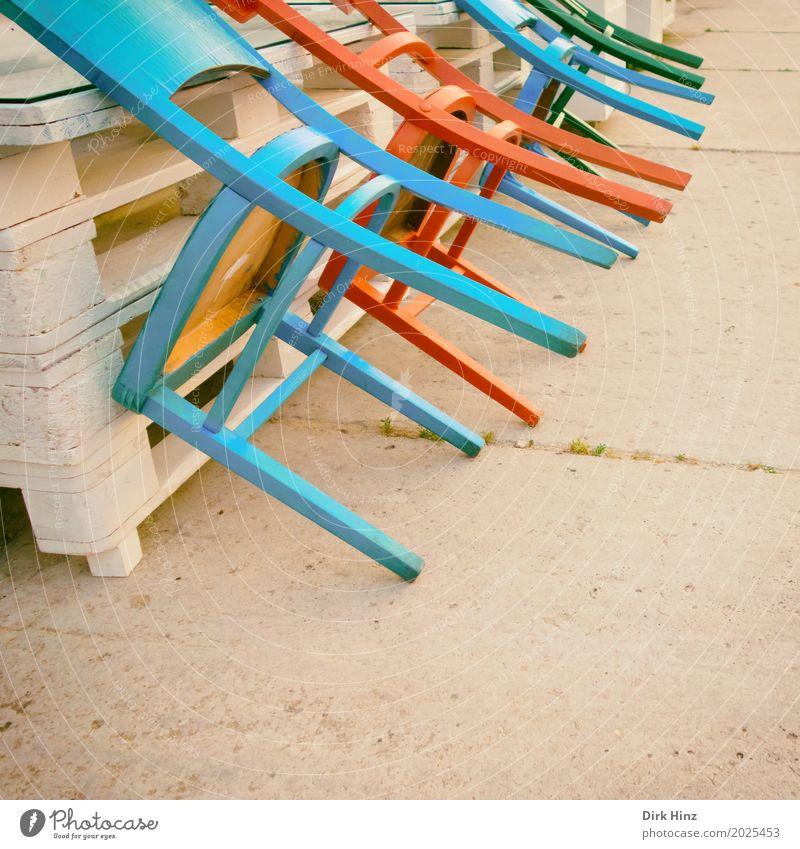 geschlossen! Menschenleer Platz blau rot Stuhl mehrfarbig Paletten Gastronomie Café Restaurant Feierabend Ende aufräumen Sitz Sitzgelegenheit Sitzecke türkis