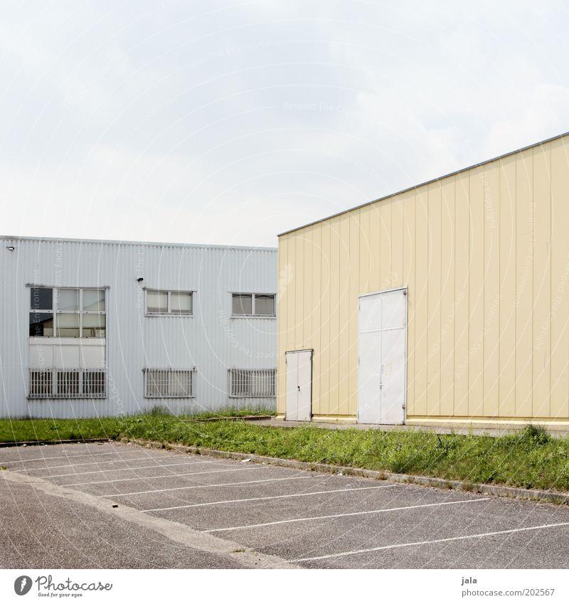 parkplatz Fabrik Industrie Handel Unternehmen Himmel Industrieanlage Platz Bauwerk Gebäude Parkplatz Fassade Fenster Tür Gewerbegebiet Farbfoto Außenaufnahme