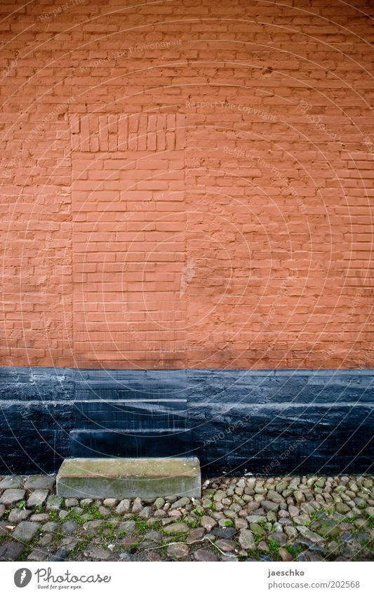 Längerfristig geschlossen alt rot Wand Stein Mauer Tür Fassade geschlossen geheimnisvoll Backstein Eingang gefangen Surrealismus mystisch unheimlich Rätsel