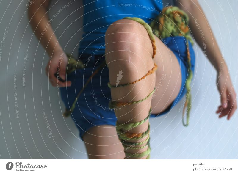 kick it like... Mensch feminin Junge Frau Jugendliche Erwachsene Beine 1 18-30 Jahre Wolle treten lässig Aktion Sport Dynamik Wollknäuel Turnen Knie vorwärts