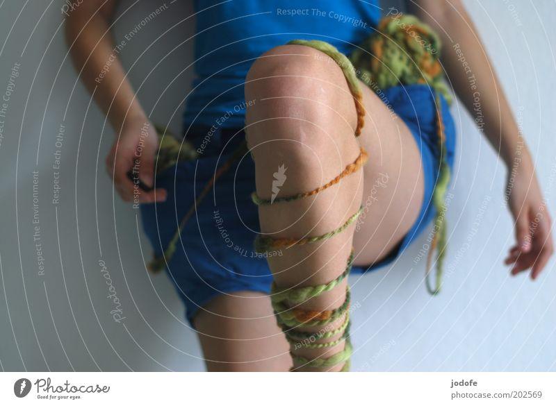 kick it like... Mensch Frau Jugendliche Erwachsene feminin Sport Beine Junge Frau 18-30 Jahre Aktion Dynamik Richtung Shorts lässig Textfreiraum links Turnen