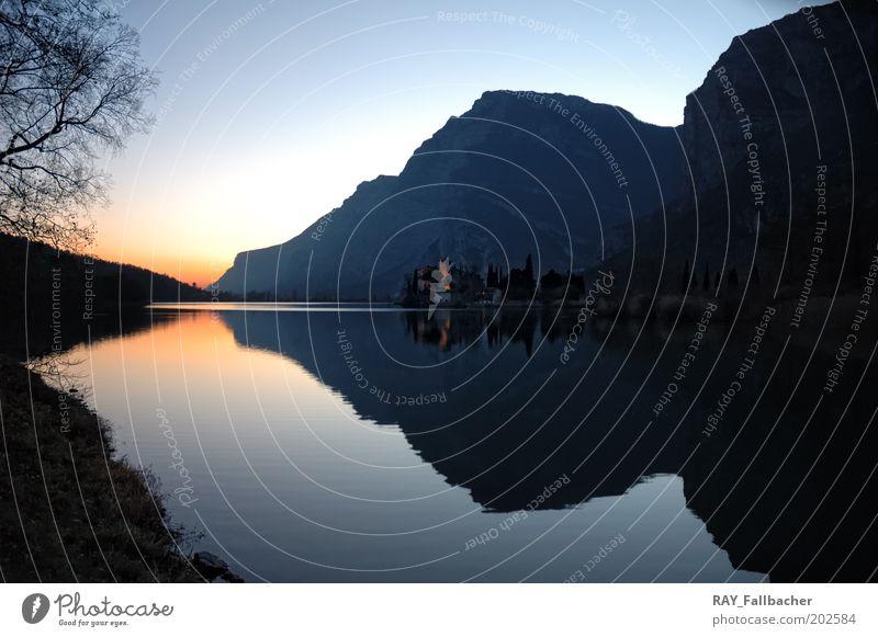 stiller See Ferne Freiheit Berge u. Gebirge Landschaft Wasser Sonnenaufgang Sonnenuntergang Herbst Seeufer Natur Farbfoto Außenaufnahme Menschenleer Dämmerung