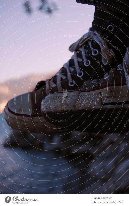 verschwende deine zeit Mensch weiß blau ruhig Erholung grau Fuß See Schuhe Beine Pause Seeufer hängen Chucks