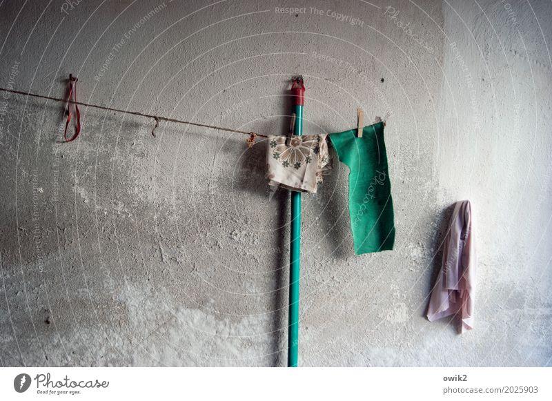 Putzkolonne Garage Mauer Wand Fassade rau Besenstiel Putztuch Wäscheleine Wäscheklammern Gummiring Beton Holz Kunststoff hängen warten alt Zusammensein trist