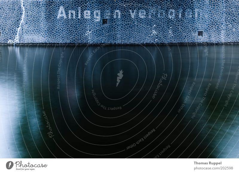 verboten anzulegen Wasser blau dunkel Wand grau Stein Mauer Schilder & Markierungen Güterverkehr & Logistik Fluss Schriftzeichen Hafen Hinweisschild Anlegestelle Schifffahrt Flussufer