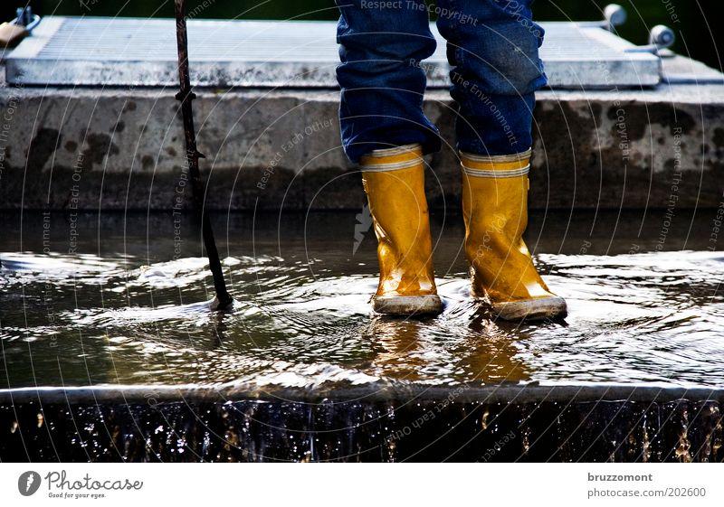 Nah am Wasser Mensch Natur blau Ferien & Urlaub & Reisen Mädchen gelb Umwelt Leben Spielen Beine Regen Kindheit maskulin authentisch Jeanshose